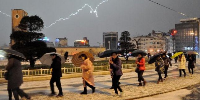 İstanbul'da dolu etkili oldu !