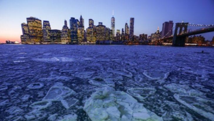 Newyork'da East River'ı buz kapladı !