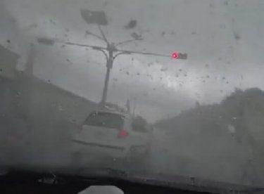 Tayvan'da Fırtına Arabayı Uçurdu !