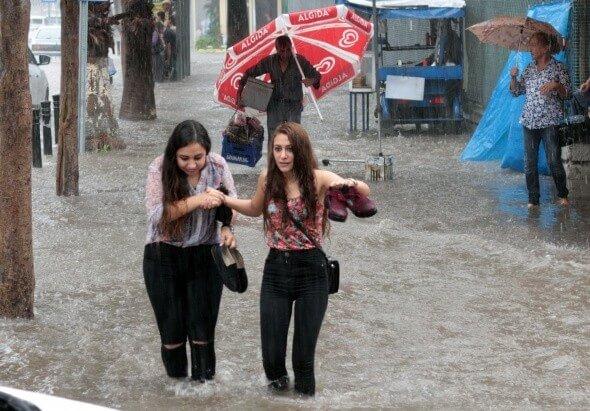 Adana'da yağmur hayatı felç etti