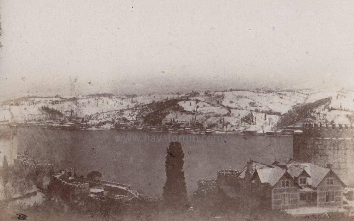 İstanbul'un şimdiye kadar geçirdiği büyük kışlar dönemin tarihçileri tarafından kaydedilmiştir.  Miladın 401. senesinde İstanbul'da büyük ve devamlı bir kış olmuştu. Boğaziçi tam yirmi gün buzlarla örtülü kaldı.   Fotoğraf temsilidir: Boğaziçinde çekilmiş olup 1890 yılına aittir.