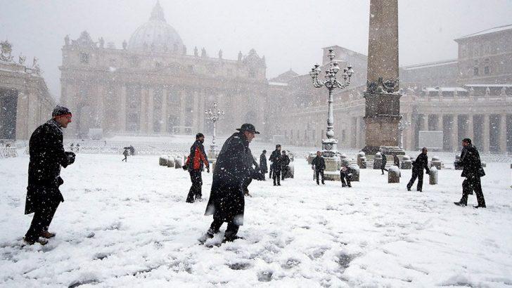 Roma'da 6 yıl sonra ilk kez kar yağdı!