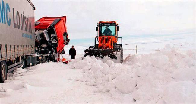 1448836854543 Ardahan'da kar yolları kapadı! Haberler