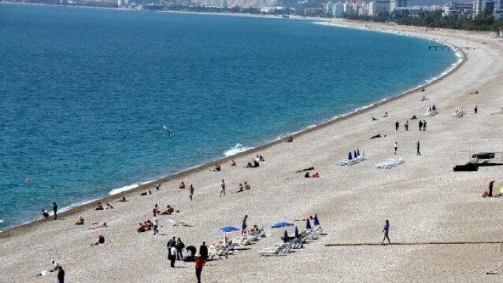 Antalya'da Vatandaşlar Kasım'da Sahil Keyfi Yaptı