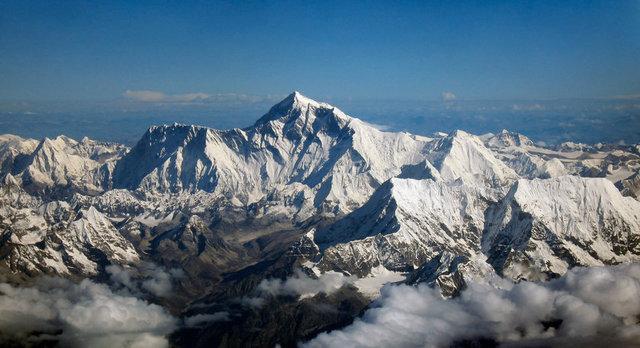 everesti-zirveden-ettiler-0 İlginç İddia: Everest Dünyanın En Yükseği Değil ! Foto Galerisi