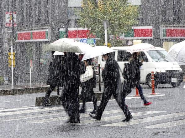 Tokyo'da 54 yıl sonra kasımda kar yağdı !
