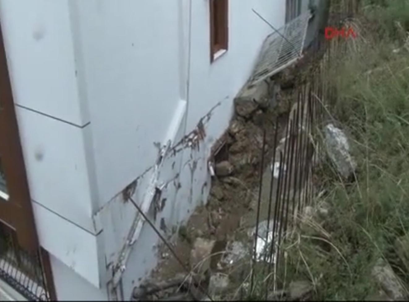 Üsküdar'da yağmurdan duvar çöktü!