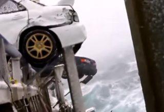 Araç taşıyan geminin dalgalarla mücadelesi…