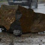 Artvin'de yağmur sebebiyle yola kaya düştü. 3 Ölü!