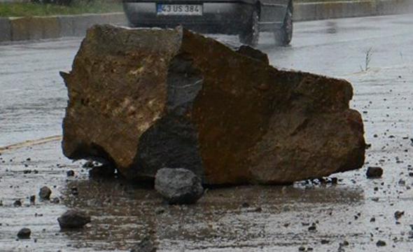 artvinde-yagmur-sebebiyle-yola-kaya-dustu-3-olu Artvin'de yağmur sebebiyle yola kaya düştü. 3 Ölü! Haberler