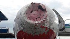 Dolu sebebiyle uçaktaki korku kameralara yansıdı!