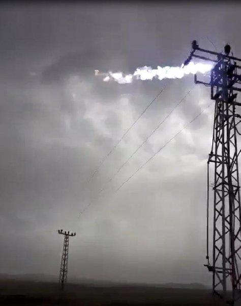 Kağızman'da fırtınada elektrik direği alev aldı