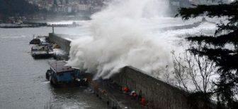 Zonguldak'ta fırtına yıktı geçti