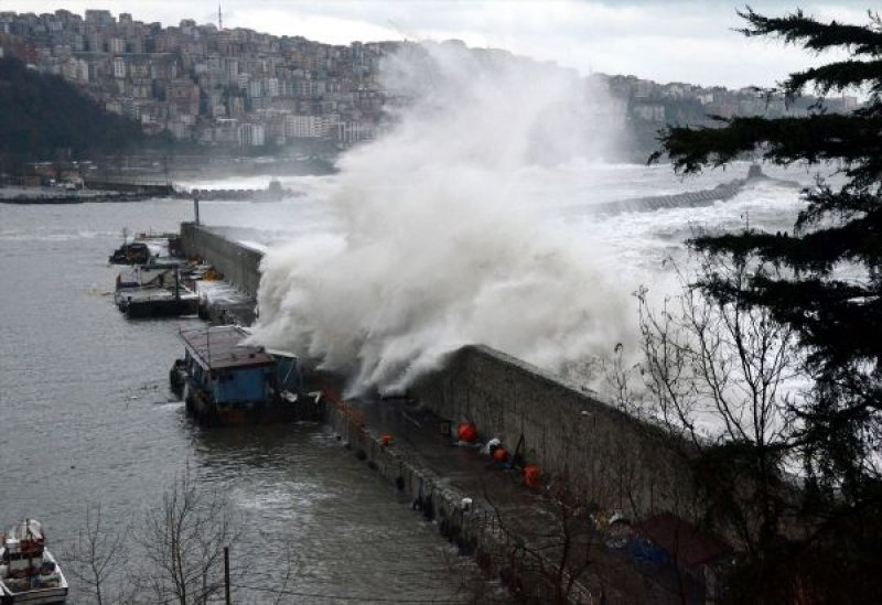 Zonguldak'ta fırtına yıktı geçti…