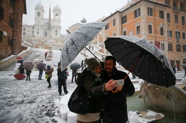 2 Roma'da 6 yıl sonra ilk kez kar yağdı! Haberler