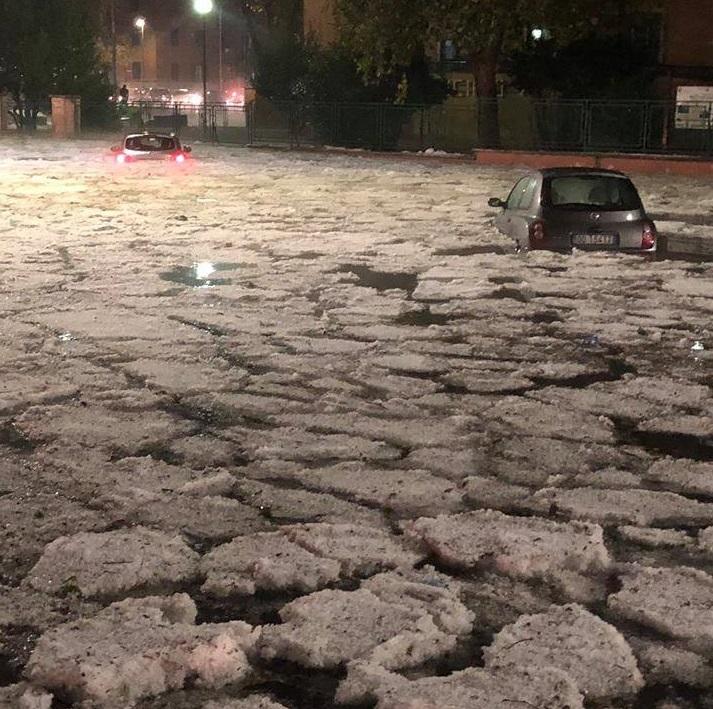 roma-sokaklari Roma'da dolu yağışı hayatı durdurma noktasına getirdi! Haberler