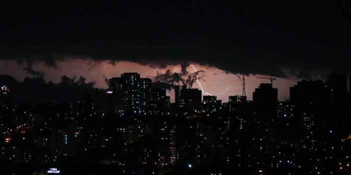 2 İstanbul'da Şimşekler Geceyi Aydınlattı! Haberler